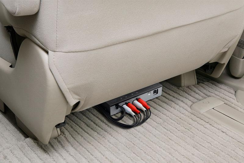ハイダウェイユニットのサイズは156×95×31mm。シートの下なんかに余裕で入りますな。車種によっては助手席足元やグローブボックス内に入れられるかも