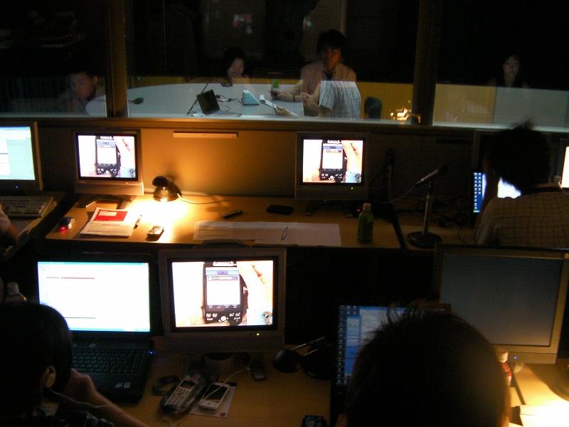 観察室の様子。ハーフミラー(マジックミラー)になっており、モニターが端末を操作する様子や使用中の表情がよくわかる