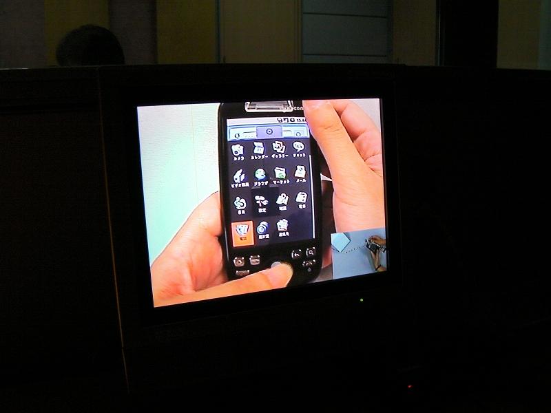 観察室のモニターで捜査中の画面を確認できる