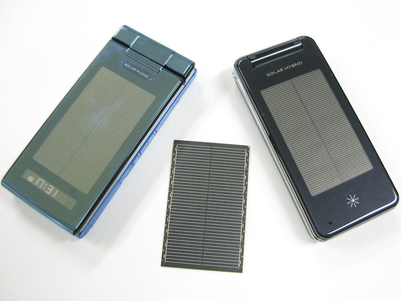 SH002(左)と936SH(右)とソーラーモジュール(中央)