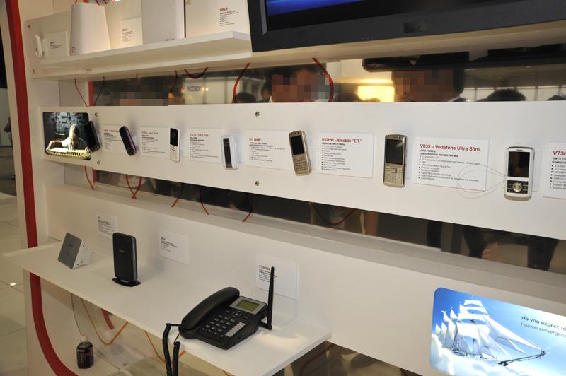 携帯電話も海外市場向けを含めて展示