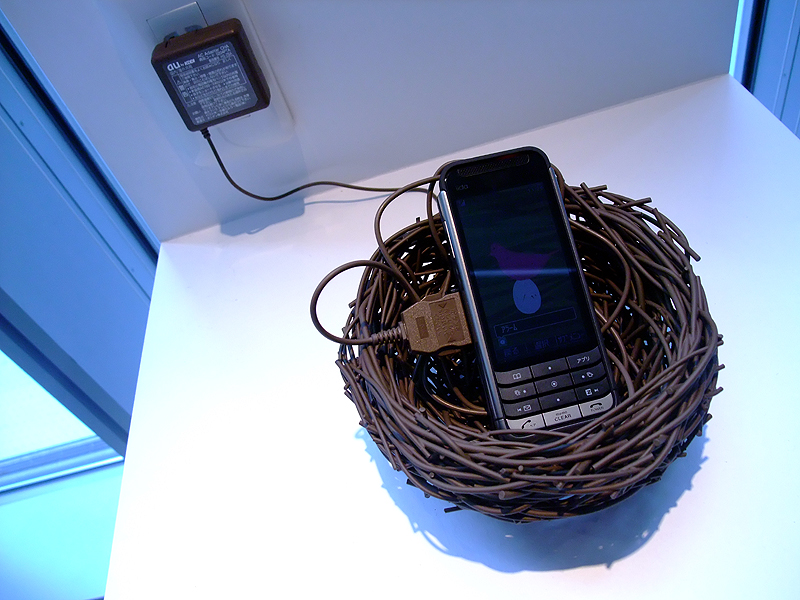 toris/関祐介。充電ケーブルの素材で作られた鳥の巣状携帯置き場。同色の充電ケーブルを絡ませて充電場所としても利用できる