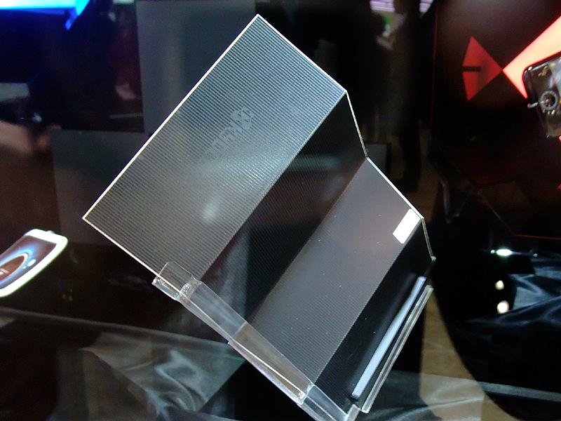 折りたたみ型ディスプレイの裏面にソーラーパネル