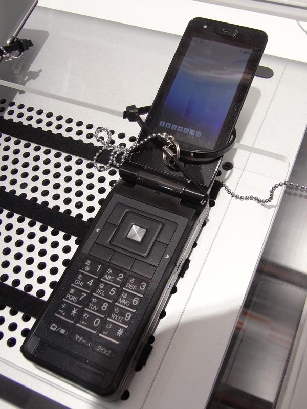 東芝製の燃料電池内蔵ケータイ。端末は新たにデザインされたもののようだ