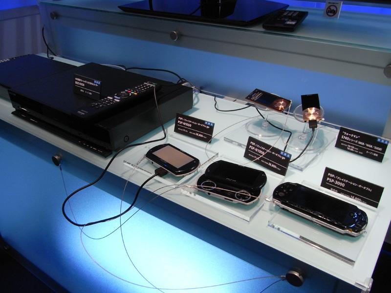 ソニーはブルーレイディスクレコーダー「BDZ-RX50」を使い、PSPやウォークマンへの転送をデモ。対応端末であれば、ケータイにも転送可能