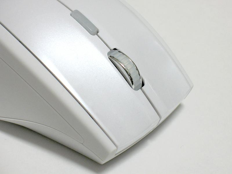 マウスの上にあるボタンを用いて、カウントを800/1200/1600cpiの3段階に変更できる