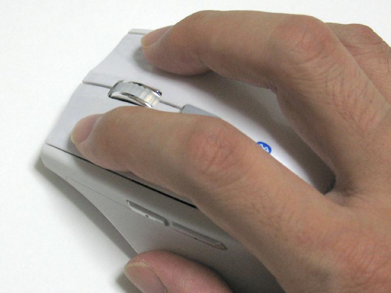 側面ボタンは人差し指ではなく親指で操作するタイプ