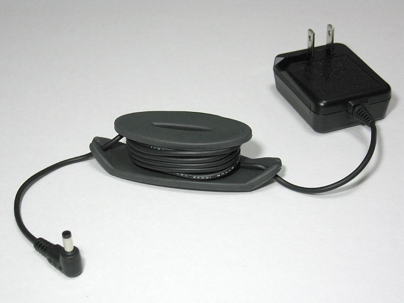 ACアダプタの電源ケーブルは3mと長く、巻き取り用のリールも付属しているため、持ち歩きにも適している