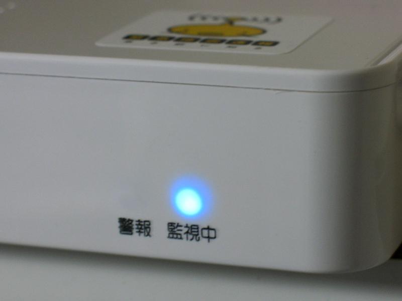 電波の受信状況およびACアダプタ接続の有無は本体正面のLEDで確認できる