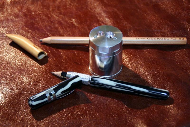 8mmと11mm、直径の異なる2種類の鉛筆を完璧に削り出す