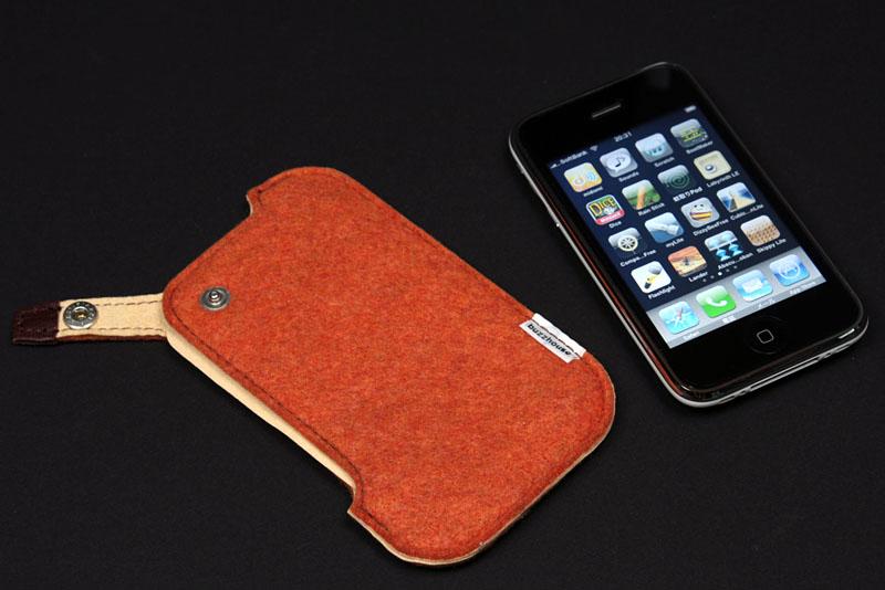 ハンドメイドフェルトケース for iPhone3G。単なるフェルト製のケースだが、細部までキレイに作られている。左側のスリットからiPhone 3Gを滑り込ませるように入れる。