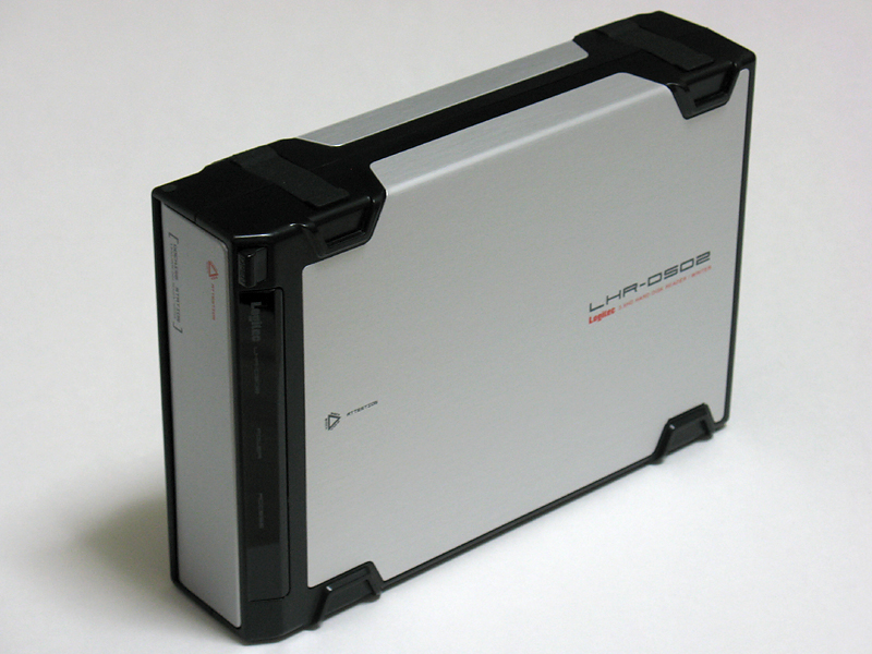 製品本体。見た目は一般的な外付けハードディスクと変わらない。横置きも可能