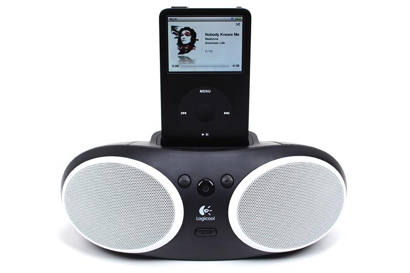 Dockコネクタ付きiPod(第四世代以降)に対応。このように本体上部にiPodなどをセットして音楽を聴ける。