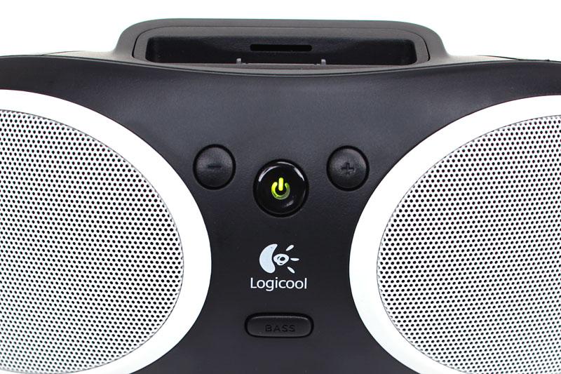 操作部はシンプル。電源、音量調節、ベースブーストボタンが並ぶ。音量調節は本体のボタンでしか行えない。