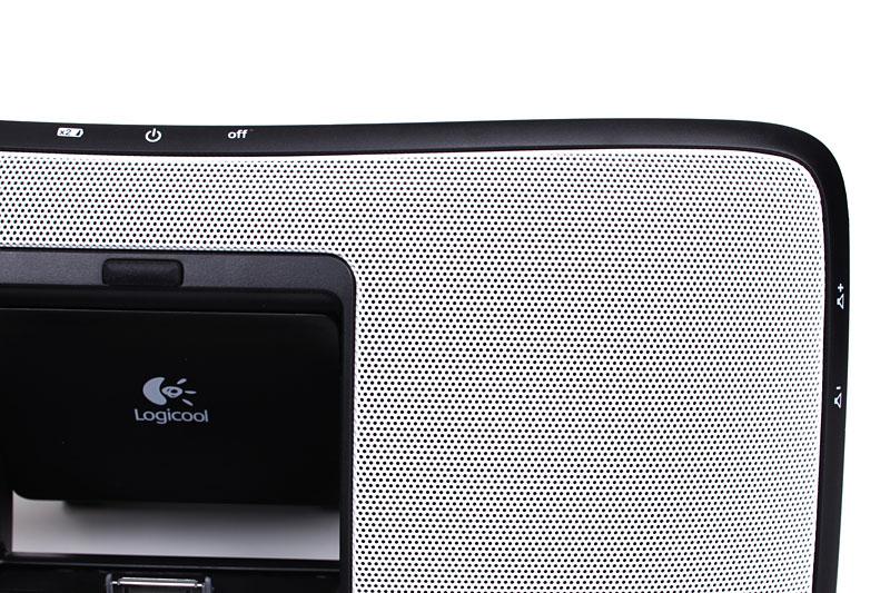 本体前面には、裏面のボタン類を操作しやすいよう、その位置を示すシルク印刷がある。