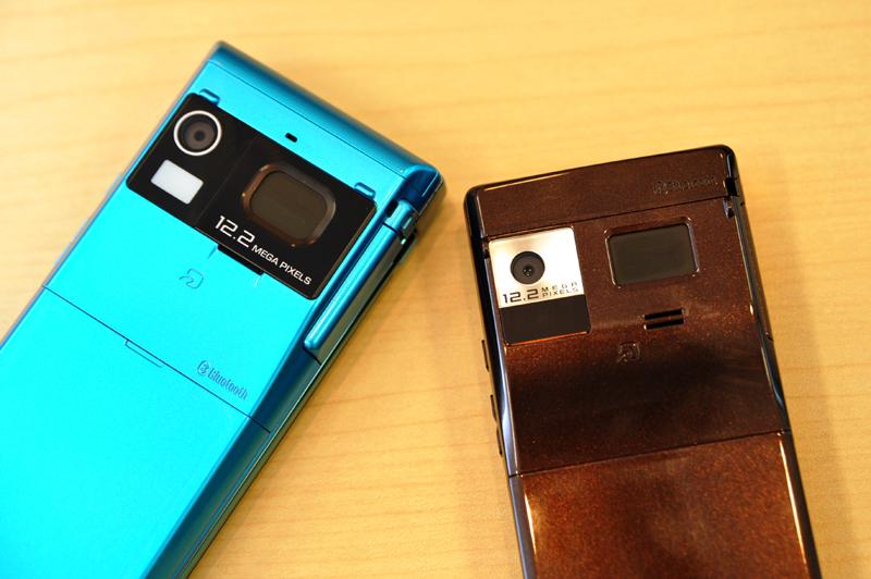 1220万画素カメラの「F-01B」(左)と「F-03B」(右)