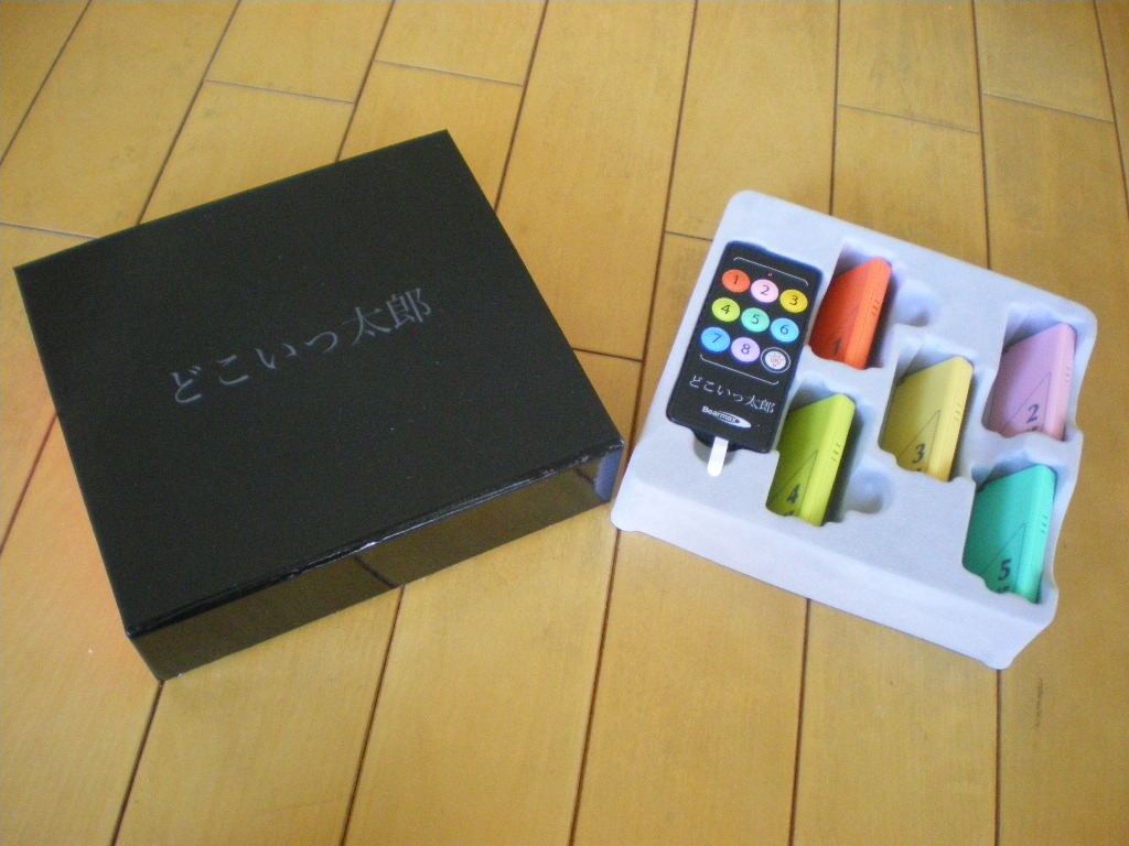 シンプルなパッケージの中には5色の子機が。親機のリモコンは8台の子機に対応