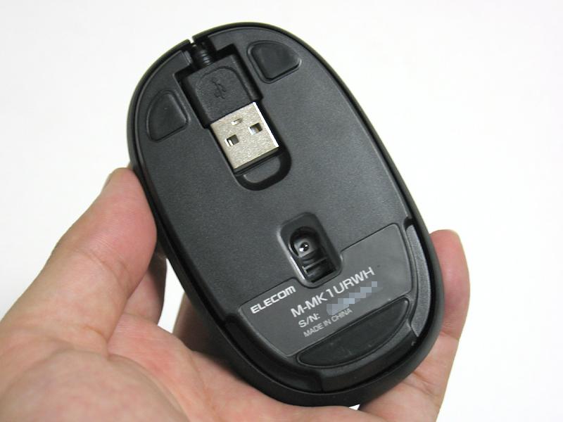 USBコネクタは底面のくぼみにはめ込む構造