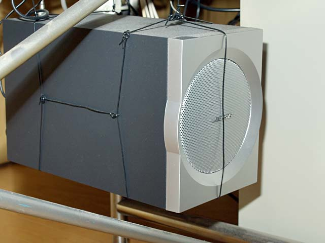 Companion 3のサブウーファー兼アンプ部。ミニキューブPCほどの大きさがあるので、拙者は机の下に吊り下げて使用中