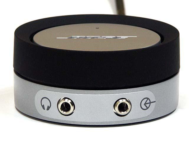 Companion 3のコントロールポッド。黒いリングがボリューム調整で、上部の銀色の円盤部分に触れるとミュートON・OFF。手前にはイヤホン端子や外部入力端子が見える。シンプルな構造だが、な~んかヒジョーに便利なのであった