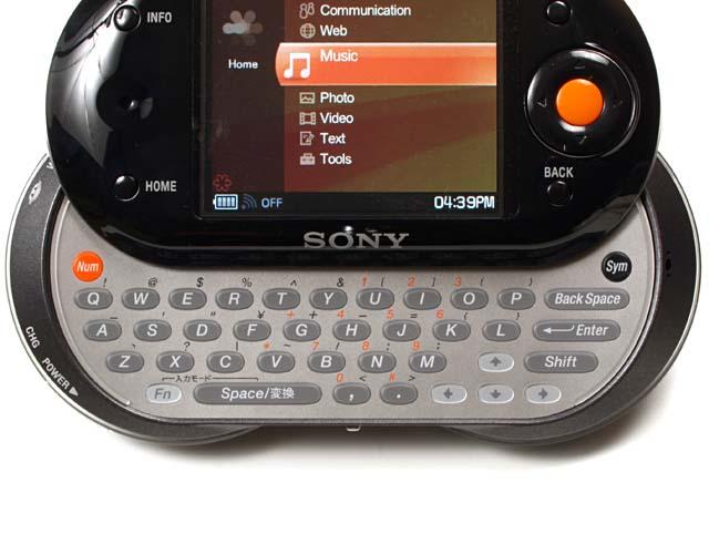 小さいながらも良好な使い勝手のスライド式キーボード。液晶面を上にずらす感じでキーボード部を出す
