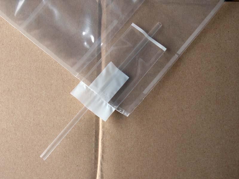 ビニール袋の端にある穴に、付属のストローを挿す。で、これを膨らますと……