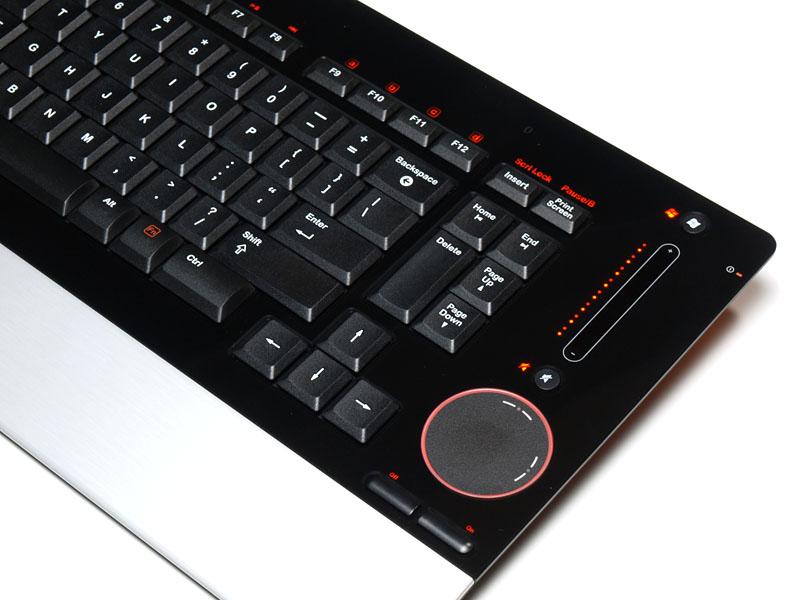 """愛用中の""""テンキーレスUS配列でワイヤレスなキーボード""""ことdiNovo Edge。テンキーレスキーボードとしては幅が微妙に広めだが、ワイヤレスの快適さは抜群だったりする。"""