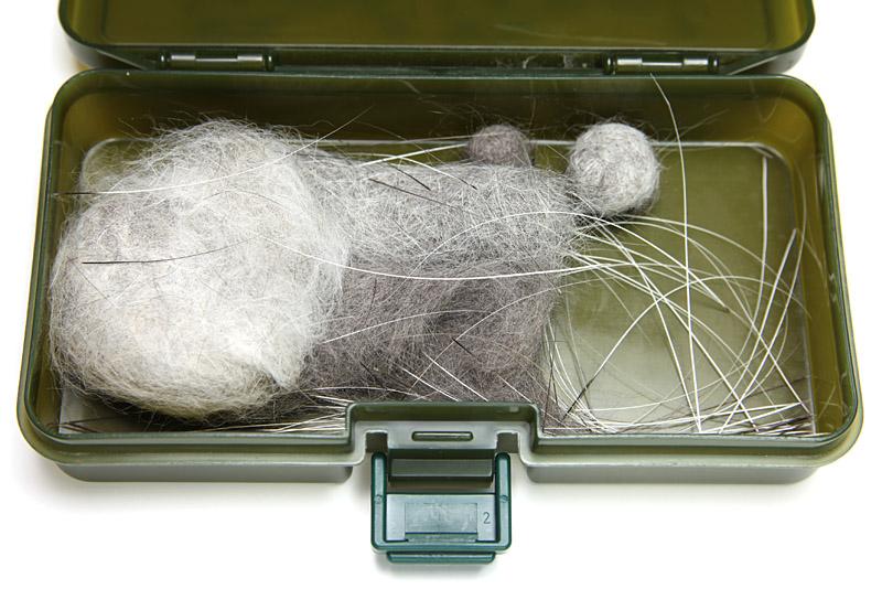"""拙宅猫の体毛およびヒゲを保存している""""猫ヒゲ箱""""。体毛のほうはブラッシング1~2度でこの量が集まる。ヒゲはなかなか集まらないが、フライマテリアルとしては十分な量になった。"""