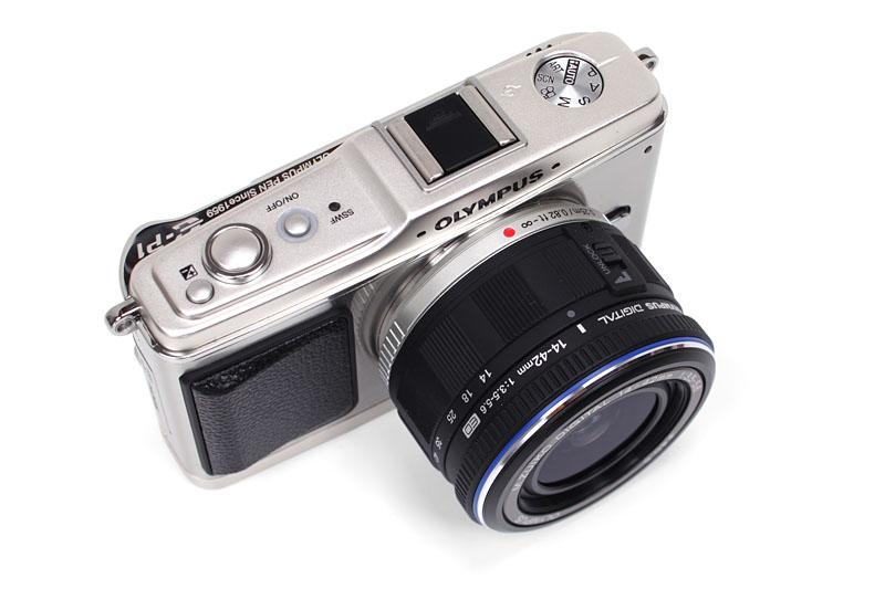 """オリンパスのペン E-P1。<a href=""""http://www.olympus.co.jp/jp/corc/history/camera/pen.cfm"""">オリンパスペンシリーズ</a>がデジタルに!! みたいな雰囲気だが、ハーフサイズ撮影モードも欲しかった感じ。"""