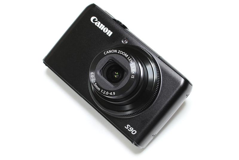 キヤノンのPowerShot S90。F2.0&28mm相当のレンズを搭載したコンデジキラー? それとも対リコーデジカメ? 若干、G11キラーである側面も? いろいろな側面で愉快な存在だ。