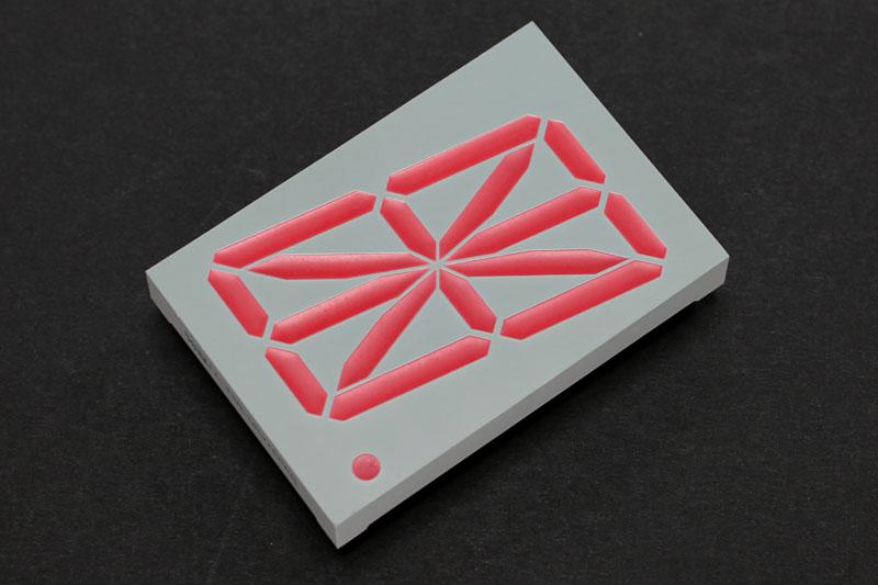 これが世界最安と思えてしょうがない16セグだッ!! 赤っ!! サイズは外形が70×48mmで文字高が57mmッ!! けっこーデカい!!