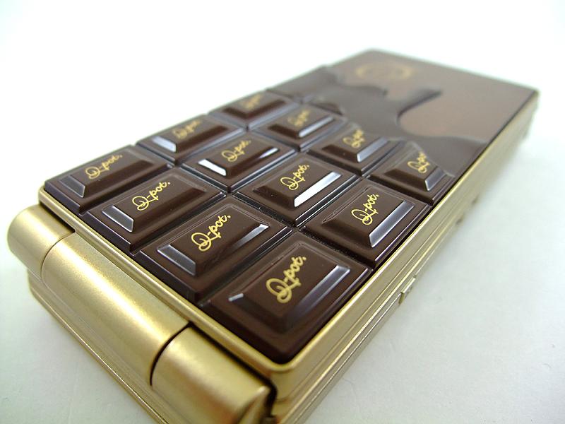 端末背面部には板チョコを思わせる立体的な加工