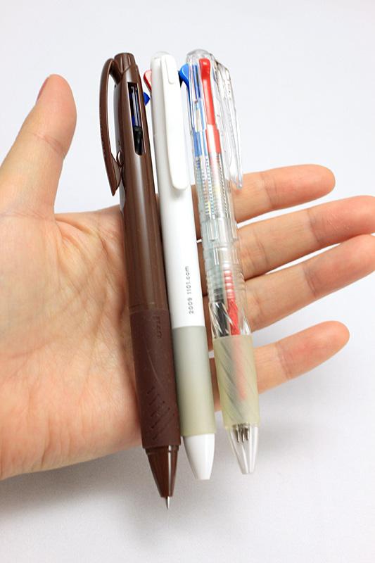 ほぼ日の3色ボールペンは使いやすい。2010年は一番左のuni(三菱鉛筆)のJETSTREAM。グリップ感が好きなのは中央の2009年版