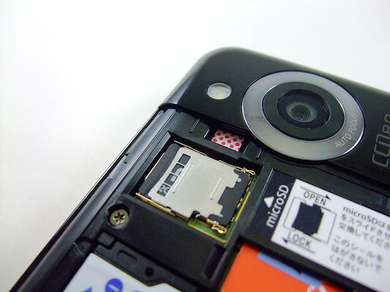バッテリーカバーを開いてmicroSDHCカードを装着する