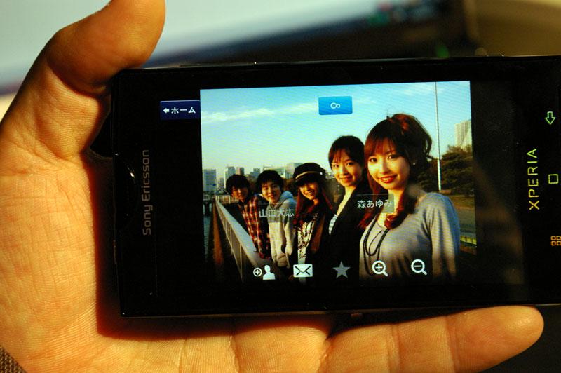 写真再生画面。顔認識で名前も表示できる