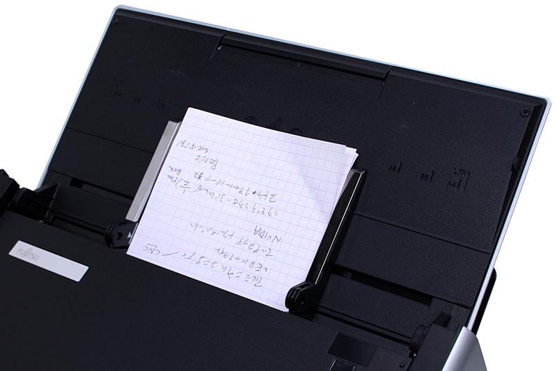 機構自体も扱いやすく、A4などの大きめの書類でも、名刺やレシートといった小さな原稿でも快適にスキャンできる。同時に置ける原稿は50枚(紙質にもよる)