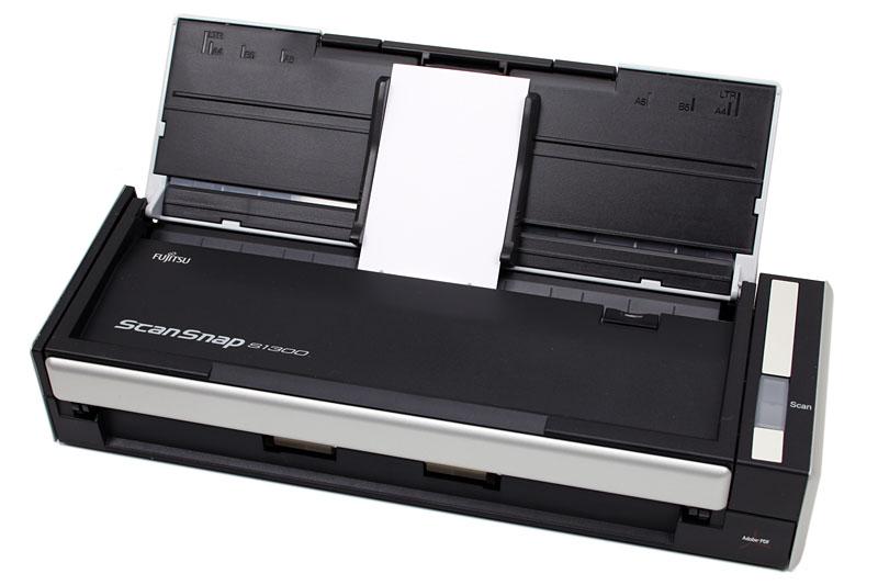 名刺をスキャンする例。S1300のフタを開き、名刺をセットし、Scanボタンを押せば自動的にスキャンされる。もちろん複数枚(名刺の厚さにより増減)を連続してスキャンすることができる