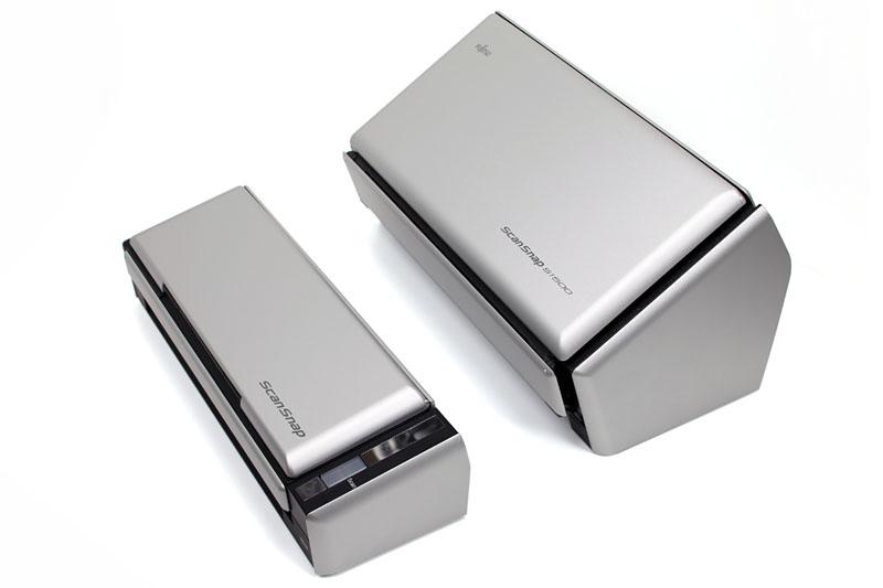 拙者が愛用中のS1500と、よりコンパクトなS1300を比べたところ。S1300のサイズは幅284×奥行き99×高さ77mm。省スペースなのだ