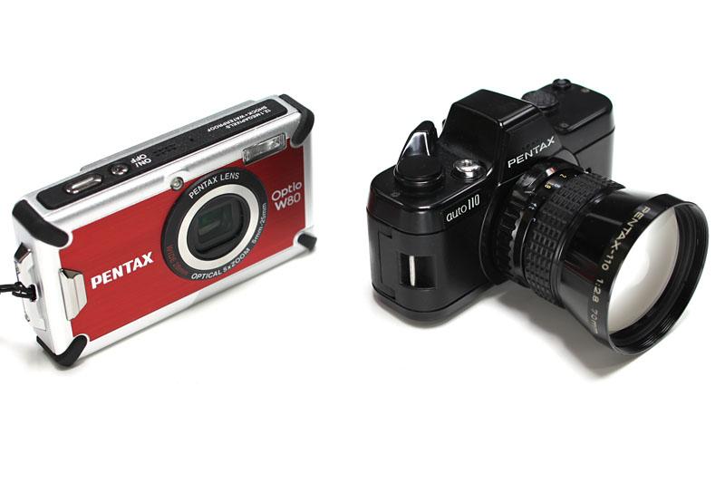 アサヒペンタックスのAUTO110。超小型のレンズ交換式一眼レフカメラなのだ。110フィルムというカートリッジ式フィルムを使用。Optio W80と比べるとその小ささがよくわかる。