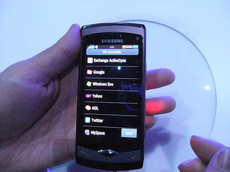 Webサービスのアカウントを登録することで携帯電話がさまざまなサービスのハブになる