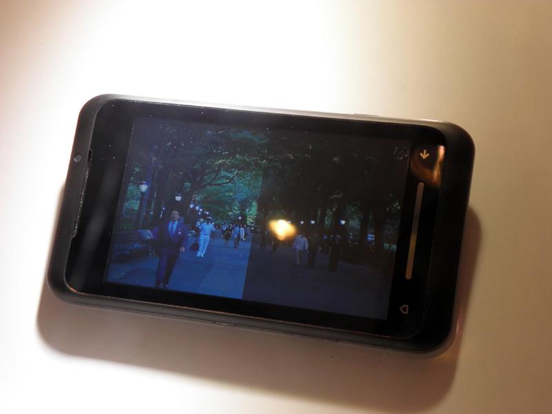 画面左が「LCDコントロール」後のもので、明るい場所でも見やすい
