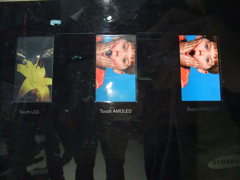 ディスプレイ比較。Samusung Waveには「Super AMOLED」が搭載されている