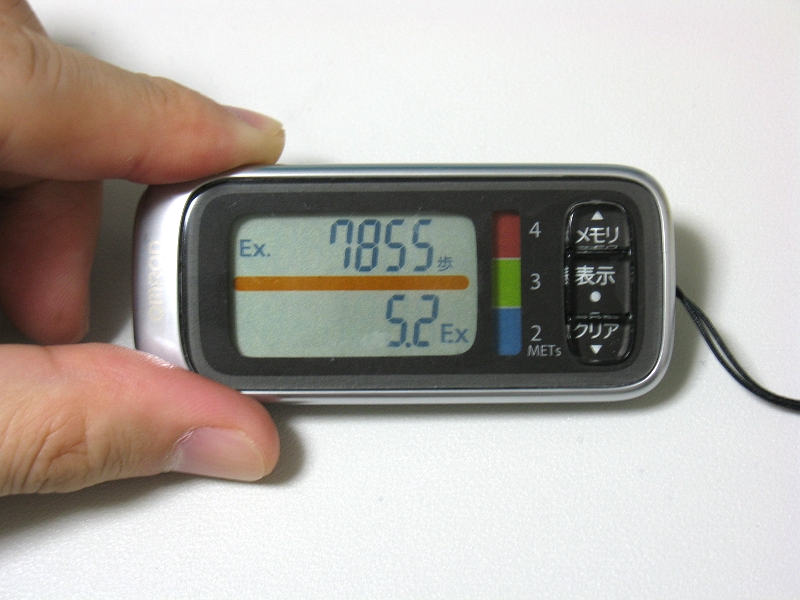 健康増進に有益な歩数(Ex歩数)と、通常の歩数、2種類を切り替えて表示できる。時刻も表示できるので時計がわりにもなる