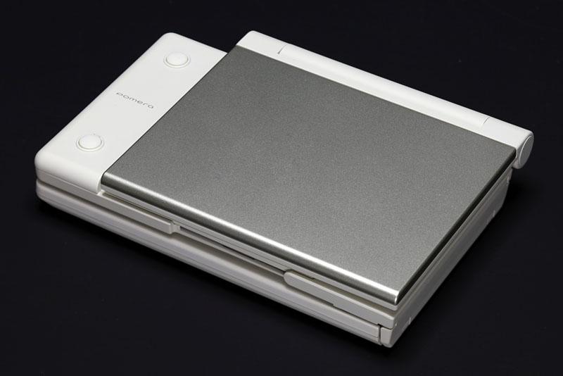 KING JIMの新型ポメラDM5。メーカー価格は2万790円で、2010年3月9日に発売される。柔らかみのある外観で色もナチュラル系。女性向けな雰囲気ですな