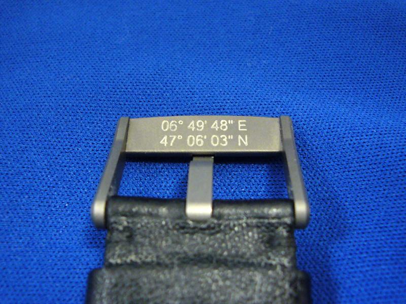 尾錠裏には国際時計博物館の座標が刻まれている