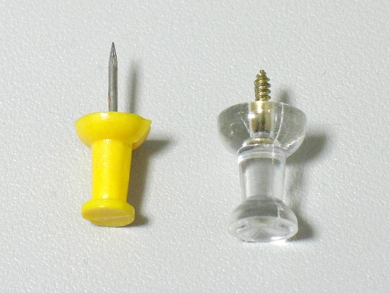 一般的なダルマ型ピンとの比較。ネジを用いているせいか、先端はやや短め