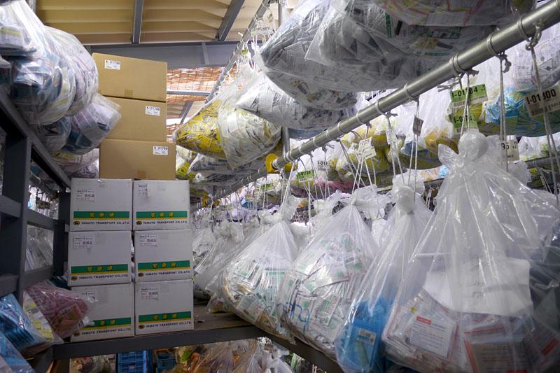 """こちらは川口市(埼玉県)にある秋月電子通商通販センター内の倉庫。部品が入った無数のビニール袋が吊り下げられている。こうやって膨大な部品を管理しているとのこと。コレ、通称""""ジャングル""""と呼ばれている。この管理方法は社長のアイデアだそうだ"""
