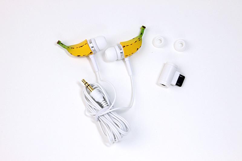 イヤホン本体のほかは、S、Mサイズのシリコンキャップと携帯電話用の平型コネクターが付属