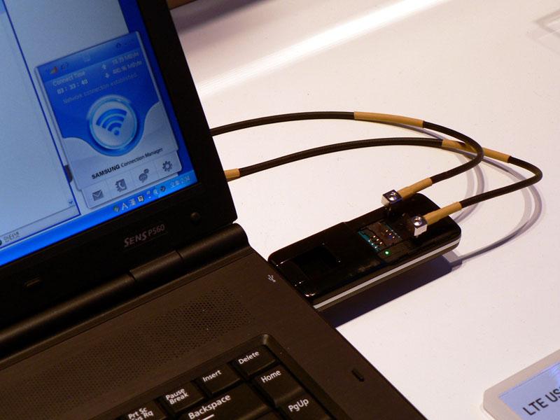 USB接続のLTE対応データ通信端末でデモ