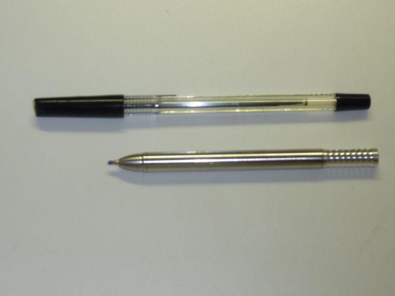 ペンは一般的なボールペンより短い